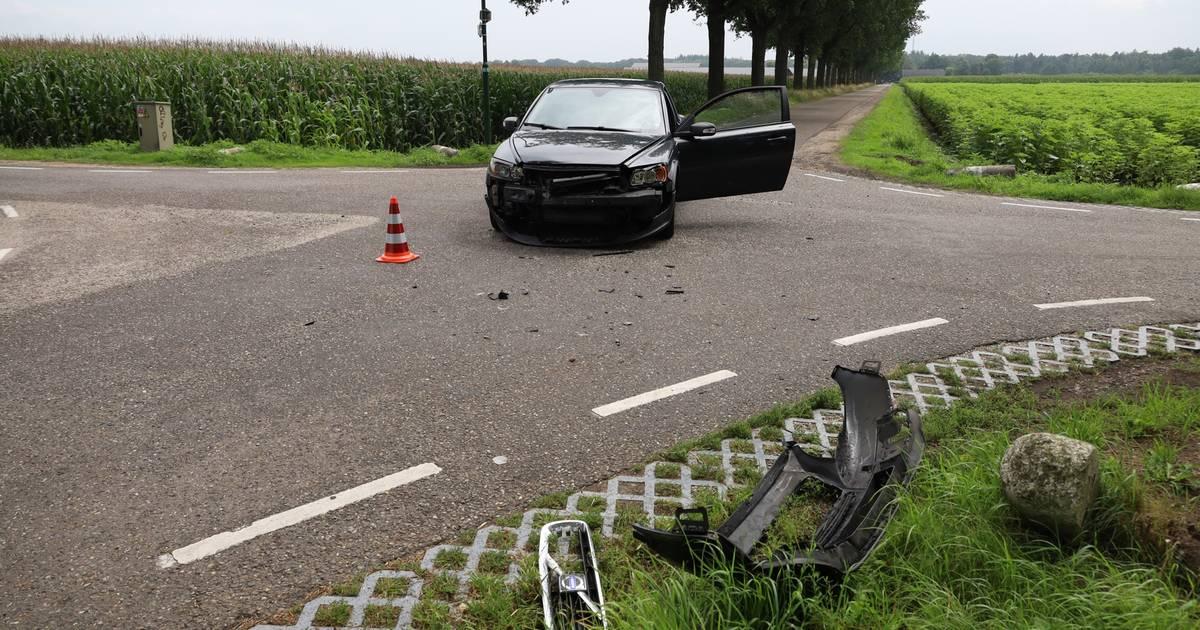 Schade aan auto's door frontale botsing in Boekel.