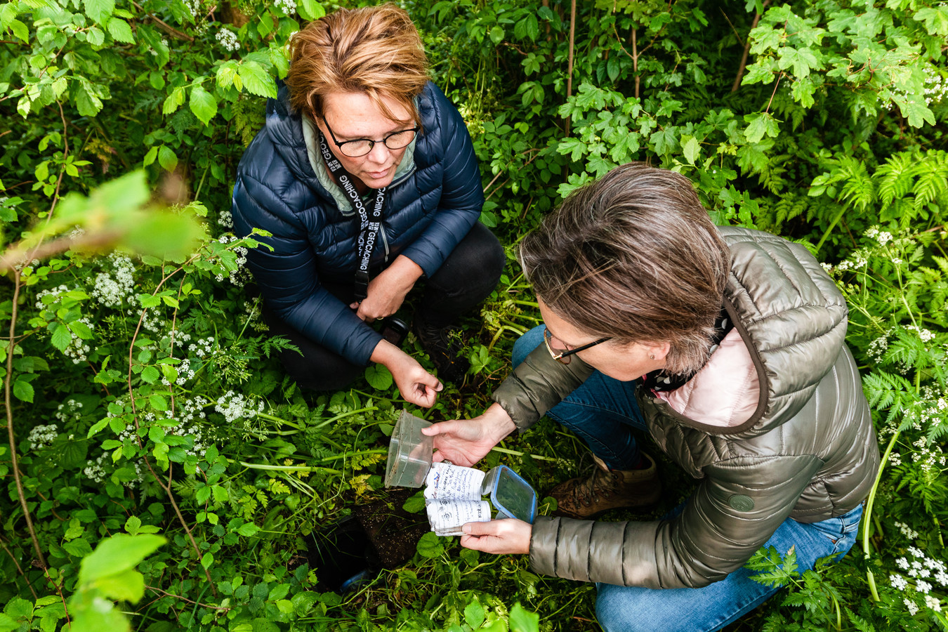 De zussen Sandra van Es (l) en Corina Damsteeg (r) bij een cache van hun reeks '1. Giessenburg op de kaart'.