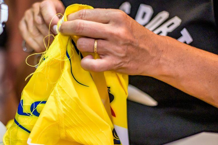 De gele trui van Alaphilippe wordt in elkaar gezet. Beeld Joris Knapen