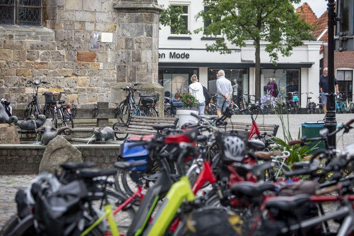 Aan de kriskras geparkeerde fietsen op het Kerkplein komt binnenkort een einde, als een eerste stalling wordt ingericht.