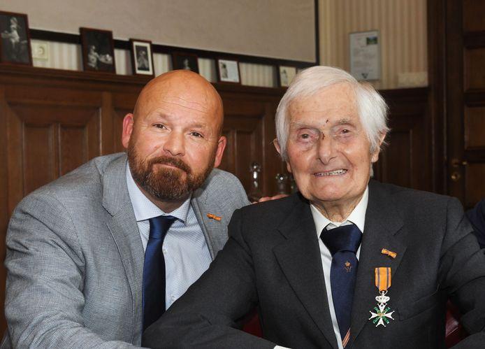 Marco Kroon, samen met oorlogsveteraan Kenneth Mayhew, vrijdag bij een bijeenkomst van dragers van de Willems-Orde.