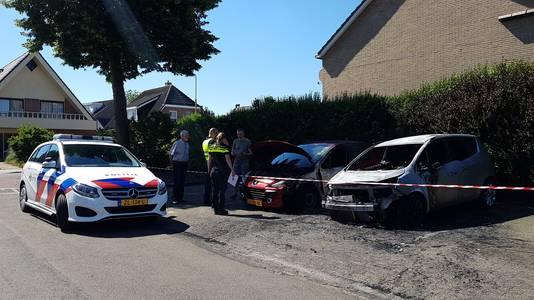 Politie doet onderzoek naar de uitgebrande auto's in Wezep.