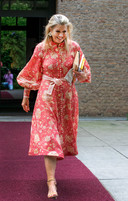 Koningin Máxima in haar hooggesloten jurk, maar zónder panty.