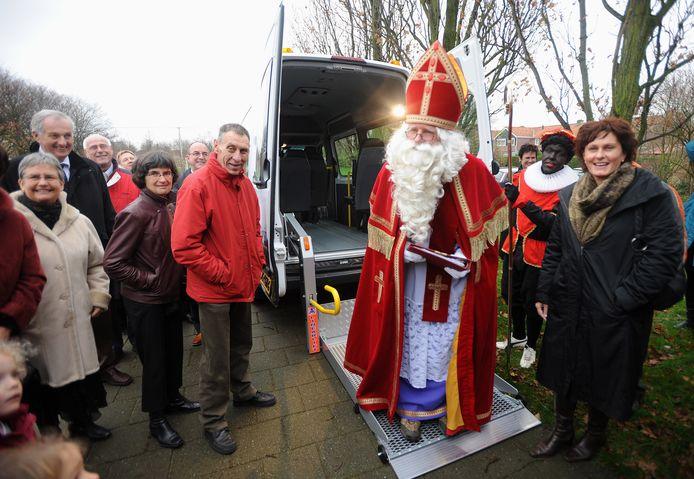 Marga Vermue met Sinterklaas, nog in de tijd dat zij wethouder was in Borsele.