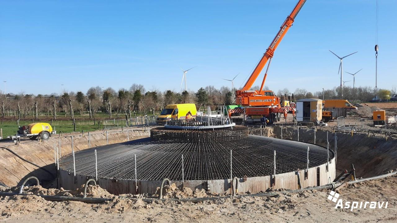 De bouw van de fundering voor de windmolen is gestart.
