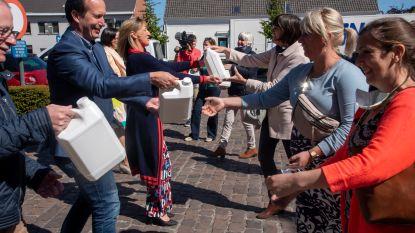 Operatie propere handen: plaatselijk farmaceutisch bedrijf schenkt 1.250 liter handgel aan scholen in Destelbergen