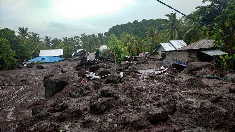 Een dorp op het eiland Flores in Indonesië na een overstroming op zondag 4 april.  Beeld Hollandse Hoogte / EPA