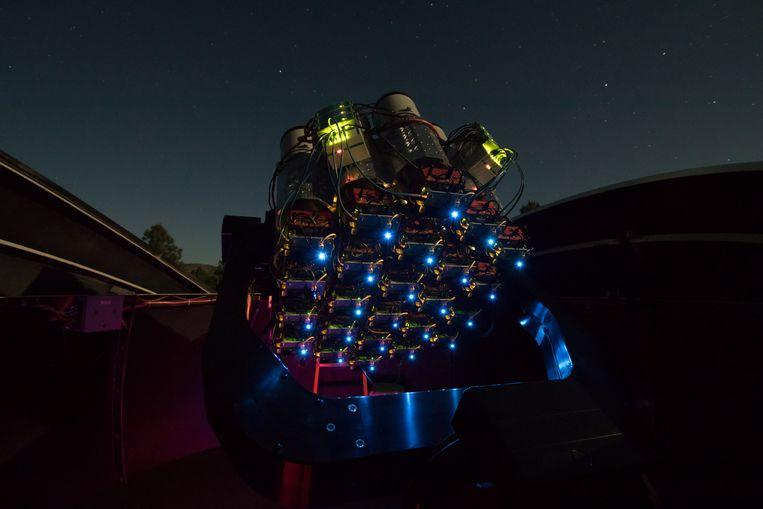 De 'libelle-telescoop' van Nederlands-Amerikaanse astronoom Pieter van Dokkum en zijn Canadeze collega Bob Abraham. Beeld The Dragonfly Telephoto Array