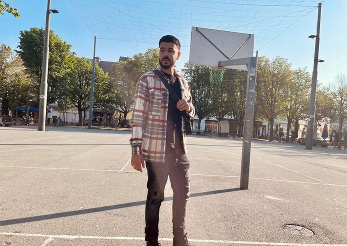 """Iliass Mansouri, alias DYSTINCT, voetbalde vroeger dagelijks op het sportveld van de Dageraadplaats: """"Mijn moeder kwam me pas ophalen wanneer de zon onderging."""""""