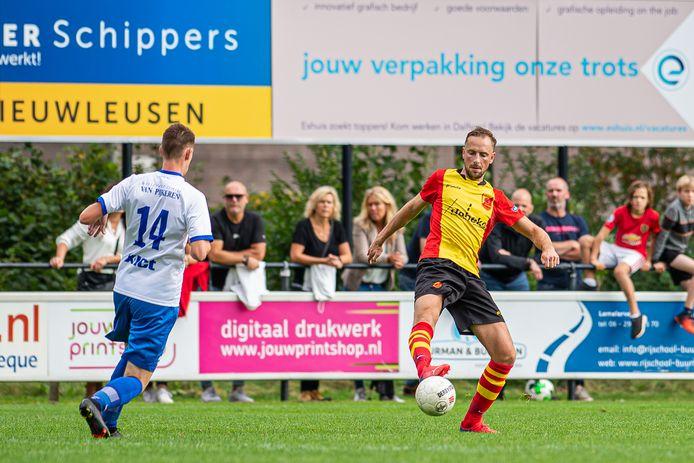 Jesse Bos speelt de bal buitenkantje voet in voor de neus van Chiel Pasman. De verdediger is deze zomer overgestapt van ASC'62 naar SV Dalfsen, maar komt ongeschonden uit de burenstrijd in het bekertoernooi.