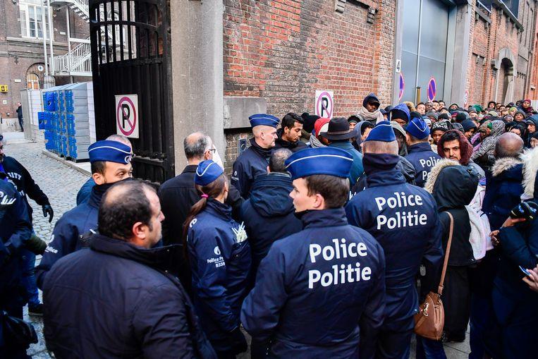 Lange rijen met vluchtelingen, onder wie veel alleenstaande mannen uit de Gazastrook,  die asiel willen aanvragen bij het Klein Kasteeltje in Brussel.  Beeld BELGA