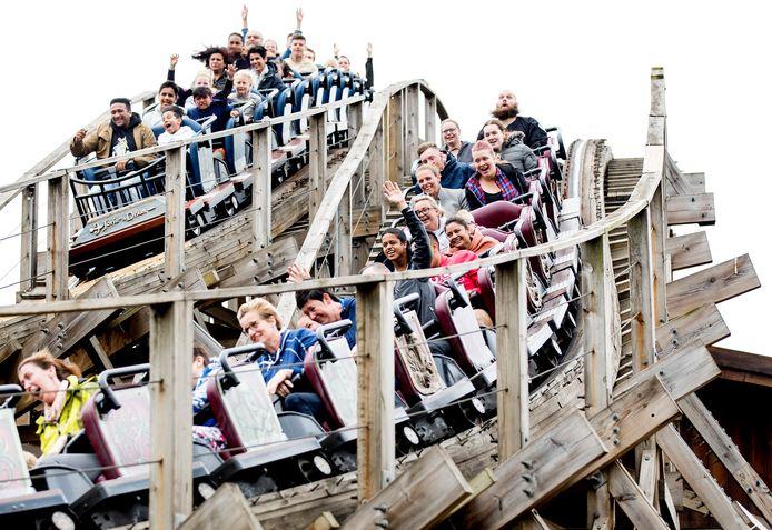 Het is zaterdagmiddag druk op de website van de Efteling. De interesse om een bezoek aan het attractiepark te reserveren is zo groot dat er online een grote wachtrij is ontstaan. Op het hoogtepunt stonden 22.000 mensen in de digitale wachtrij, zegt een woordvoerster van de Efteling.