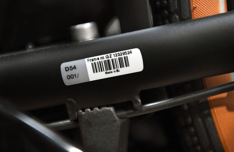 Een sticker met framenummer van een Gazelle e-bike.  Beeld Marcel van den Bergh