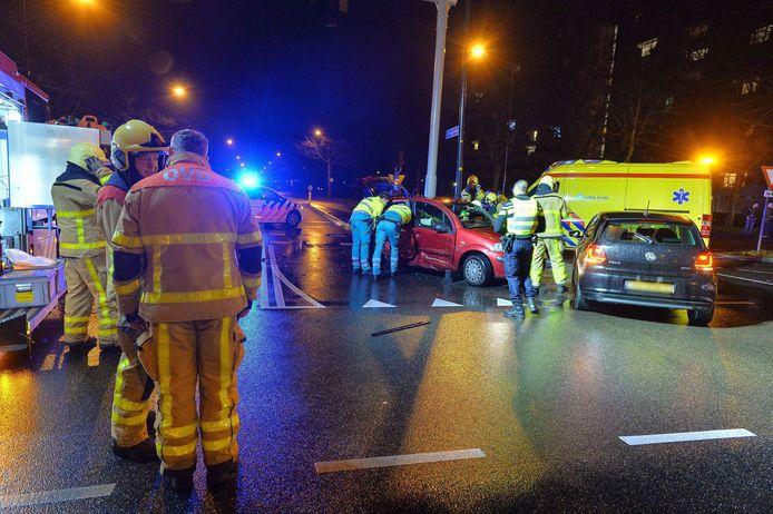 Op de kruising van de Anklaarseweg en de Laan van Zevenhuizen zijn twee auto's op elkaar geknald. Twee personen raakten gewond.