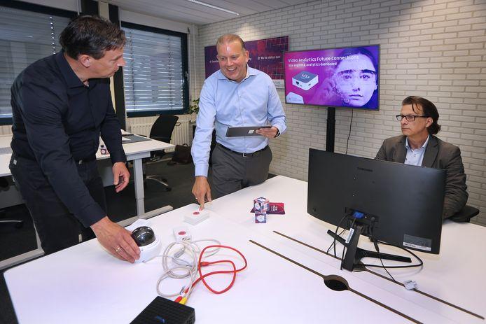 Julien Beenakker (midden) met twee van zijn medewerkers. ,,Bij het begin van de crisis dacht ik even 'daar gaat mijn business'. Gelukkig is het tegendeel gebleken.''