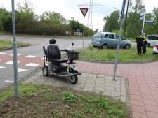 Scootmobiel rijdt tegen een auto aan, man moet voor controle naar het ziekenhuis