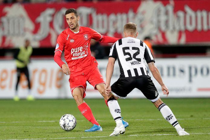 Giorgi Aburjania probeert zich in de derby tegen Heracles te ontdoen van Alexander Merkel.