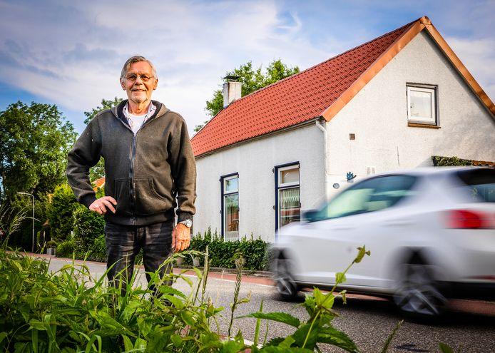 Arie Riegman, een van de bewoners van Zwartsluisje, voor zijn huis.