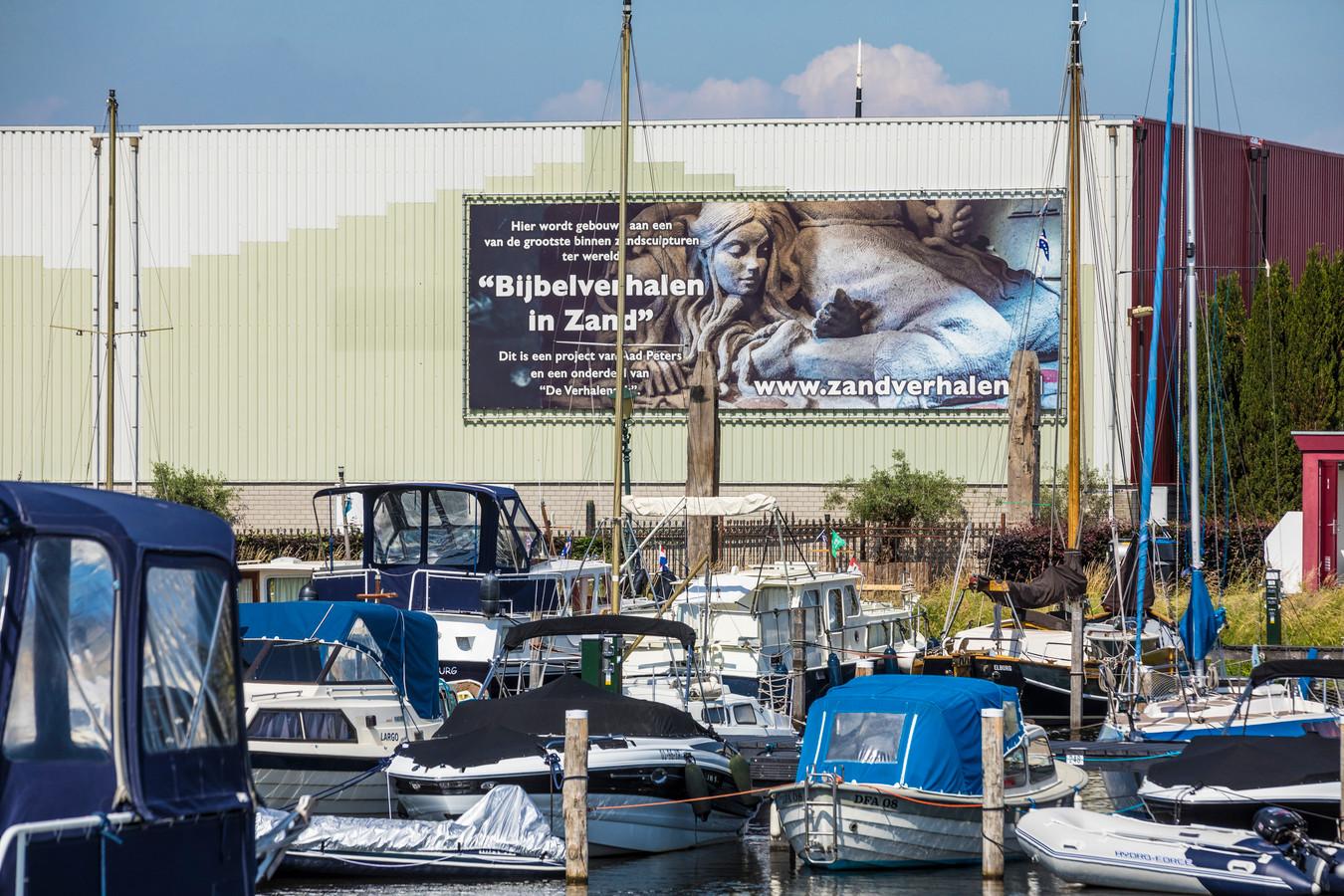 De voormalige fabriekshallen aan de haven van Elburg zijn onder leiding van Aad Peters omgetoverd tot een ruimte waar een permanente expositie van zandsculpturen is te zien.