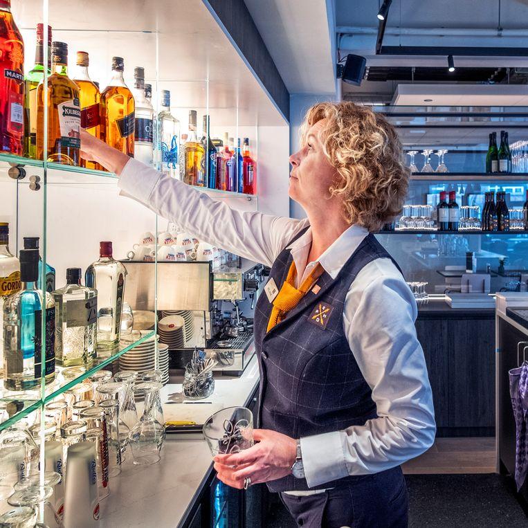 De bar van het nieuwe Postillion-hotel in WTC Rotterdam. Beeld Raymond Rutting / de Volkskrant