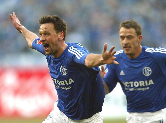 Nico Van Kerckhoven (links) scoort in het shirt van Schalke. Hij speelde er van 1998 tot 2004.