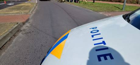 Auto belandt in Hengelose sloot, bestuurder overgebracht naar ziekenhuis