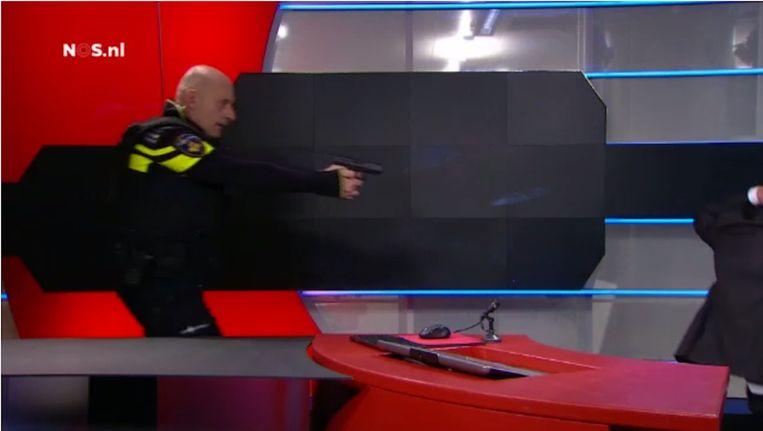 Agenten overmeesteren Z. nadat hij op 29 januari de studio van de NOS binnen wist te dringen Beeld anp
