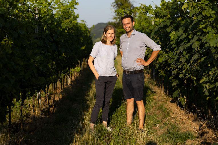 Maria en Josef Maier op hun Biohof Weingut Geyerhof. Sinds 1988 produceren ze biologische wijn. Bij een 'traditionele' boer, even verderop, zijn een paar wijnterrassen ingezakt door hevige regenval. 'Dat is wat er gebeurt als je alle begroeiing, inclusief het onkruid, weghaalt.' Beeld Julius Schrank