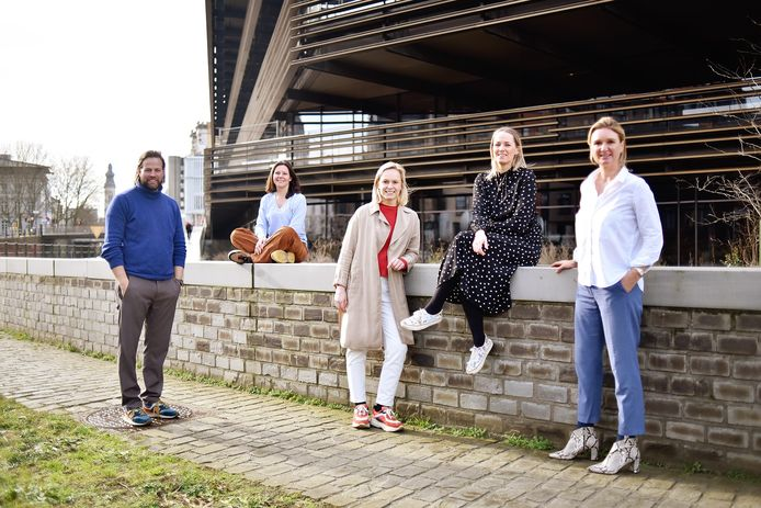 Het team van Immodôme Gent voor een van de mooiste gebouwen van Gent.