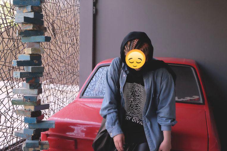 Deze jonge vrouw botst geregeld met de moraalpolitie omwille van haar afrokapsel en oversized T-shirts van Nirvana en Joy Division.  Beeld rv