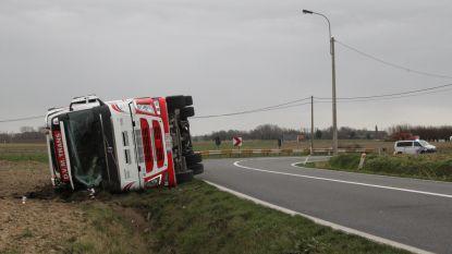 Windstoot blaast vrachtwagen van 18 ton omver