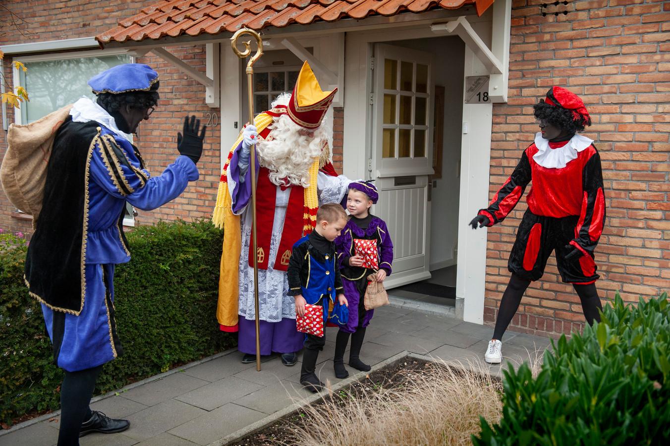 Meeuwen. Sinterklaas brengt een bezoek aan Meeuwen, Fynn (rechts) en Mas zijn zwaar onder de indruk.