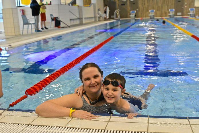 De Zwemkom Wevelgem. De eerste zwemmers Catharina met zoon Arne.