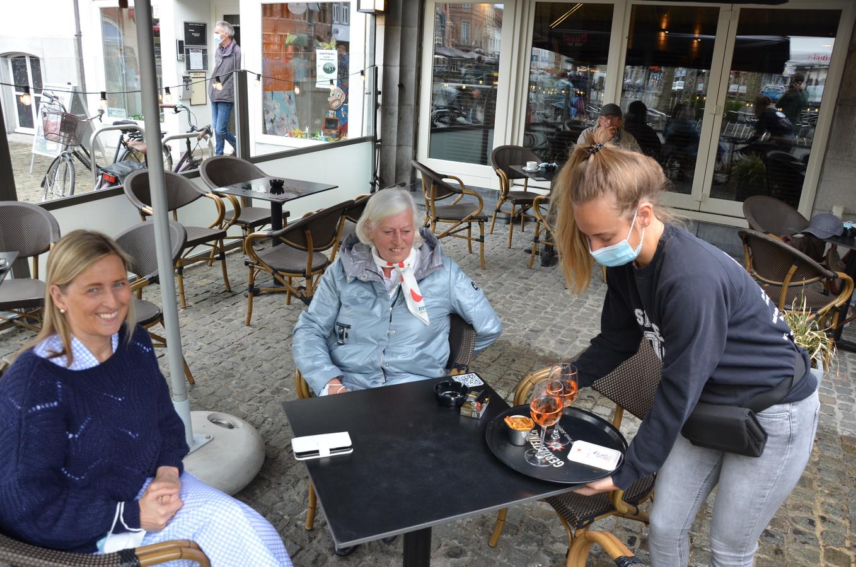 Schepen Claudine De Waele start haar ronde van de horeca bij de Fallstaff op de Markt.