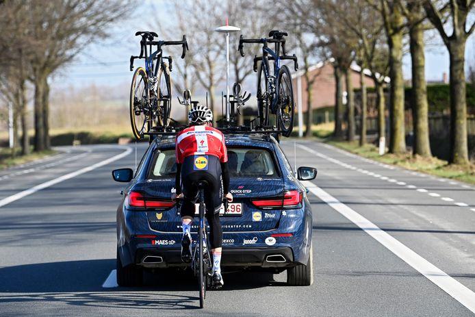 Kasper Asgreen achter de volgwagen van Deceuninck-Quick.Step.