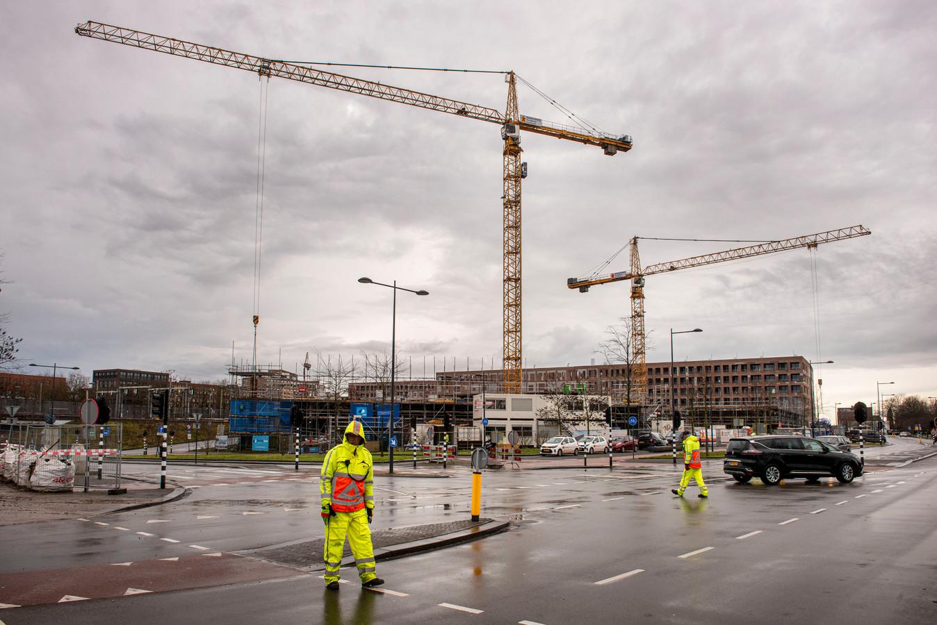 Er wordt volop gebouwd in Breda, zoals hier nabij het station in plan Drie Hoefijzers.