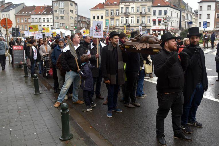 Buurtbewoners en cafébezoekers daagden massaal op voor de begrafenisstoet: ze dragen Le Coq symbolisch ten grave.