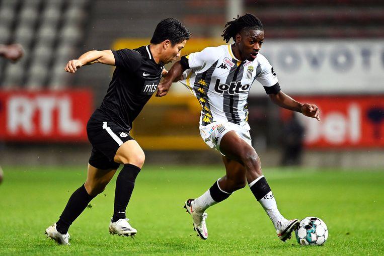 Joris Kayembe vorige week met Charleroi tegen Partizan Belgrado in de kwalificaties voor de Europa League. Beeld Photo News