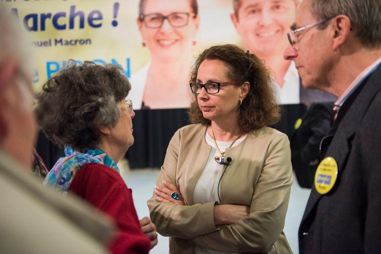 Béatrice Piron (m), kandidaat voor president Macrons La République En Marche en nieuw in de politiek, op campagne in Noisy-Le-Roi. Beeld steven wassenaar