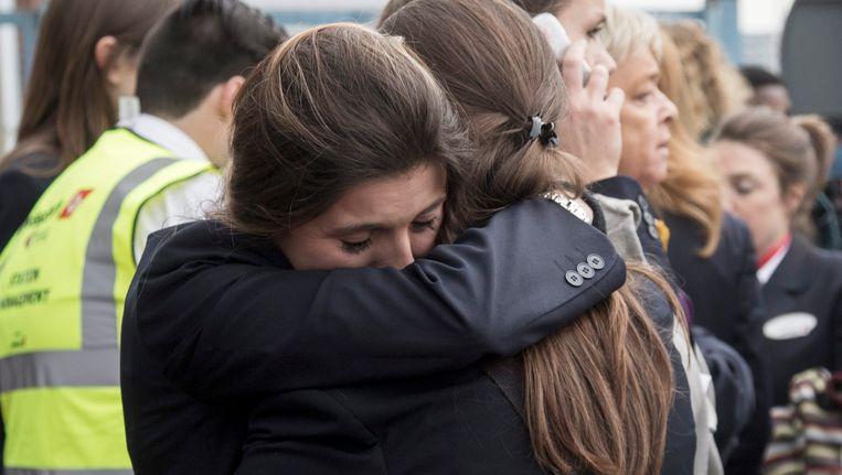 Geëvacueerde reizigers op Zaventem omhelzen elkaar Beeld EPA