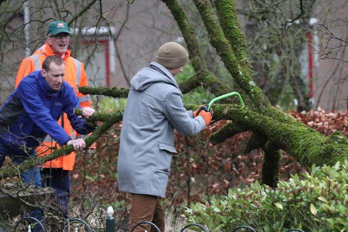 Een boom viel rakelings langs het huis van Wonno Postma (35) in Ugchelen.