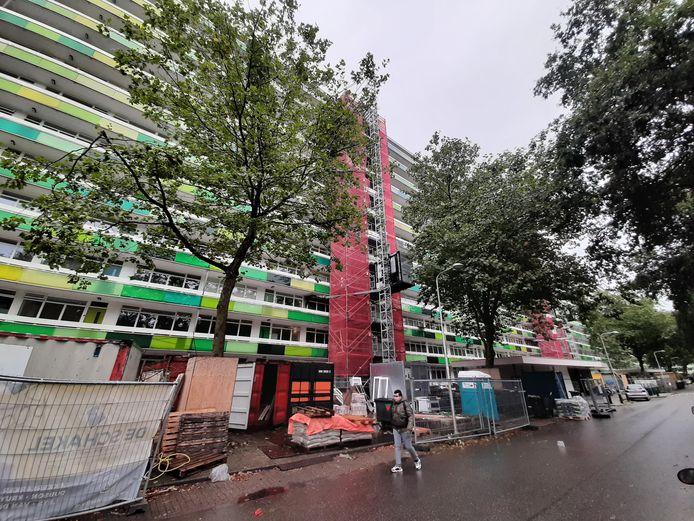 De renovatie van de L-flat is een monsterproject. Alle 728 huisnummers krijgen een grote beurt.