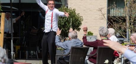 Luchtdirigent vermaakt jarige Piet in Park Zuiderhout