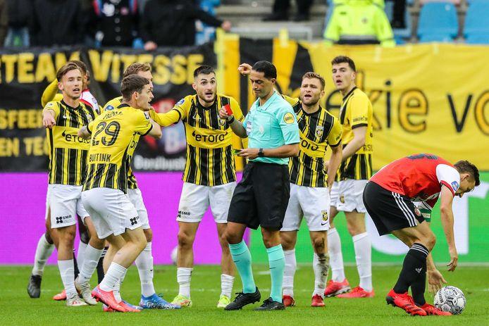 2021-10-03 18:39:25 ARNHEM - Scheidsrechter Serdar Gozubuyuk geeft Matus Bero of Vitesse zijn tweede gele kaart tijdens de Nederlandse eredivisie wedstrijd tussen Vitesse en Feyenoord in het Gelredome op 3 oktober 2021 in Arnhem, Nederland. ANP PIETER STAM DE JONGE