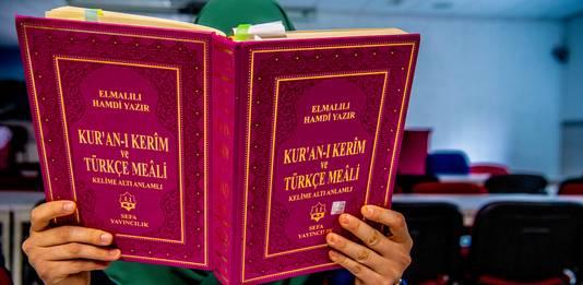 Lezen uit de koran in een moskee