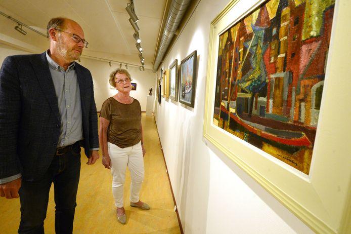 """Arjan Hakkert en Corrie de Groot hebben de expositie samengesteld. """"Net als Nagelhout houdt ook Ellis die samen met haar man en psycholoog Niek Frans kunst uitzocht, er een gigantische kunstverzameling op na."""""""