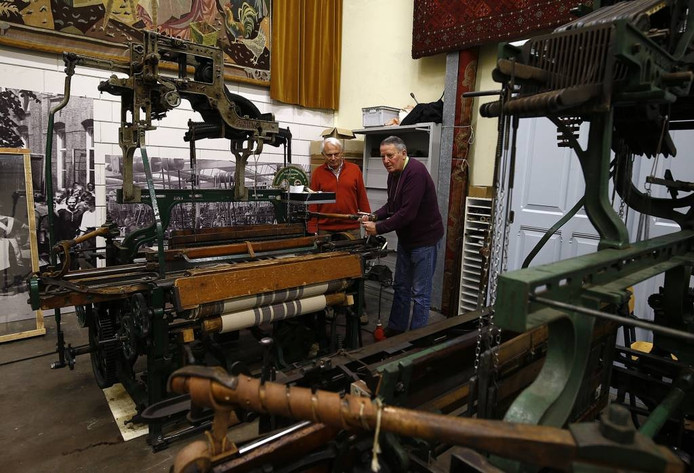 Willy Eijkman (links) en Jan Korthout bij het werkende weefgetouw in de Museumfabriek