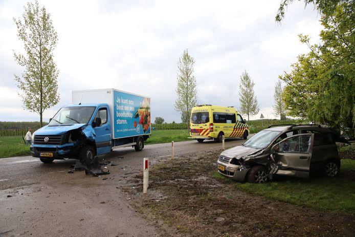 Een bezorger van AH is met zijn vrachtwagen op een auto gebotst met daarin een vrouw en twee kinderen op de kruising Tielseweg en de Dwarsweg in Eck en Wiel.