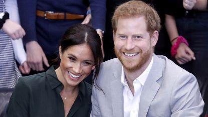 IN BEELD. Harry en Meghan hand in hand in 'hun' hertogdom Sussex