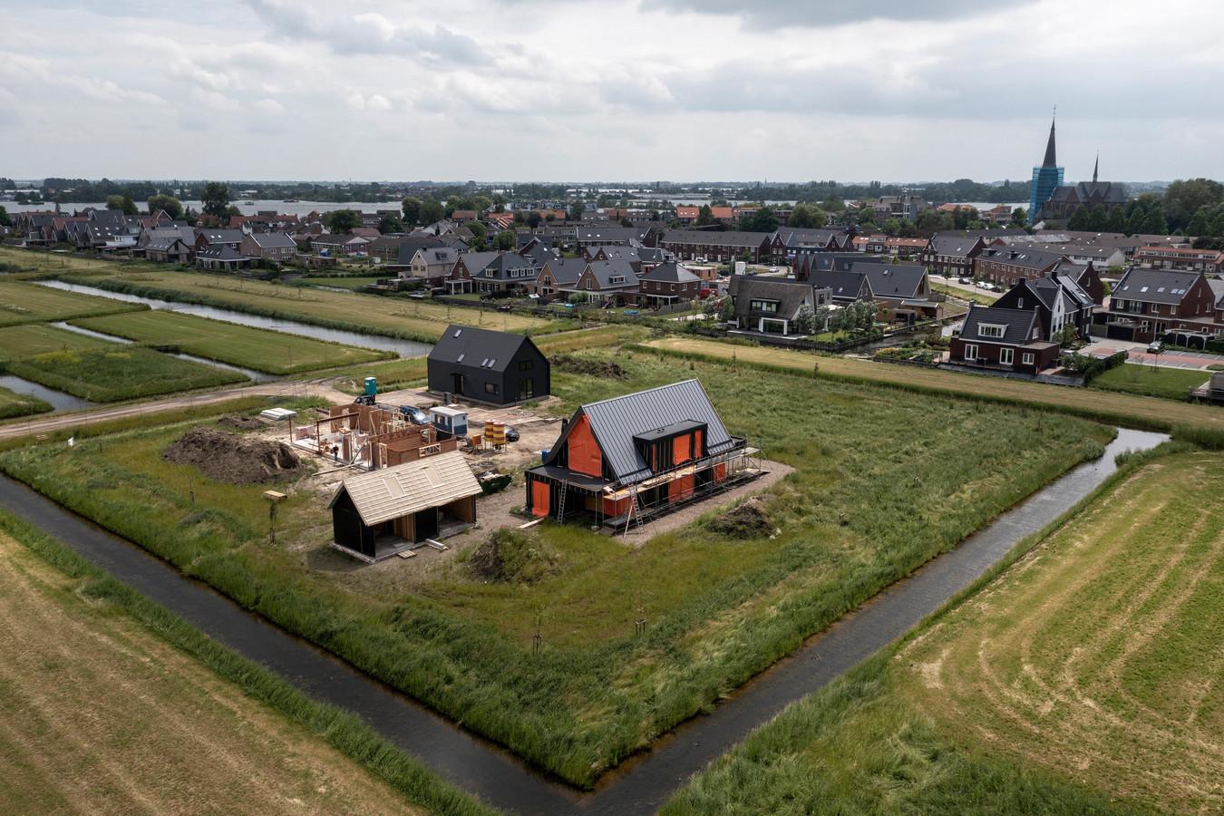 Nieuwkoop wil jaarlijks honderden woningen in de 14 dorpen bouwen. Maar dat moeten vooral ook andersoortige huizen zijn dan duurdere eengezinswoningen en villa's, zoals op de foto aan de rand van Langeraar.